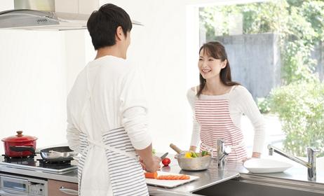 夫婦で料理の画像
